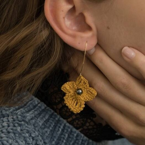 MERRYMOTIVE#[MERRYMOTIVE] Golden flower with black pearl knit earring_MX9XX0140
